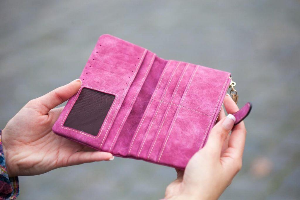 pink wallet pexels robert bogdan 910122